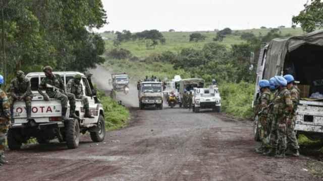 Fuerzas de seguridad de la ONU y soldados congoleños aseguran la carretera en la que ocurrió el ataque.