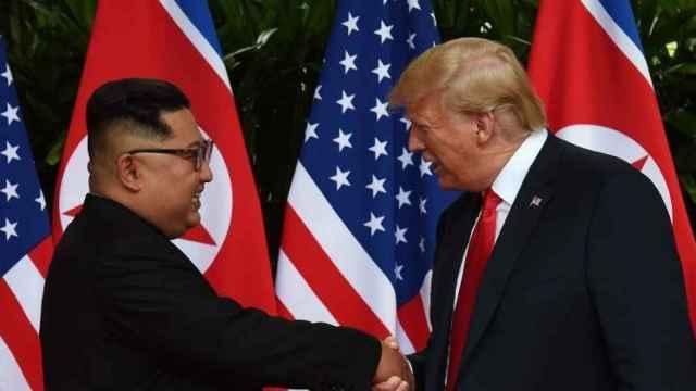 Donald Trump con Kim Jong-Un en la cumbre de Vietnam.
