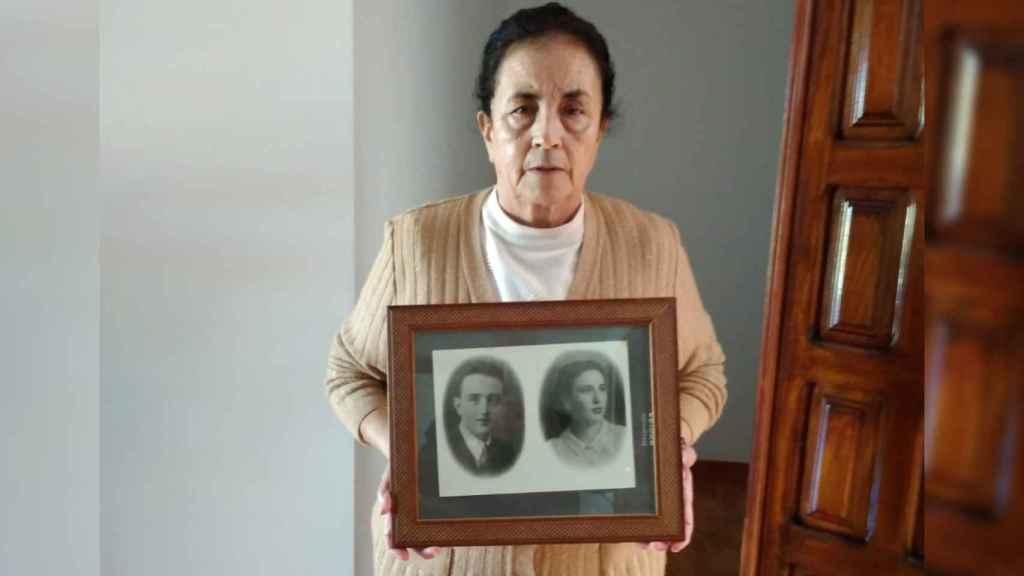 Sofía Benítez-Cubero posa con un retrato de sus padres: José Benítez-Cubero y Ana Rosario Reguera.