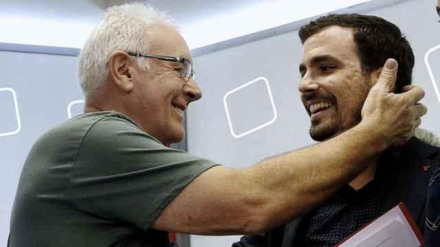 El excoordinador de IU, Cayo Lara, junto al actual ministro de Consumo, Alberto Garzón, en una foto de archivo.