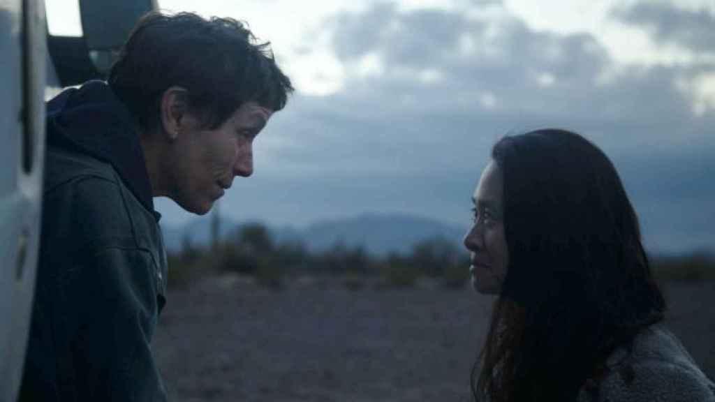 Chloé Zhao junto a Frances McDormand.