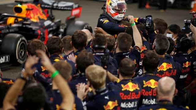 Max Verstappen celebra su victoria en el último Gran Premio de Abu Dhabi de Fórmula 1
