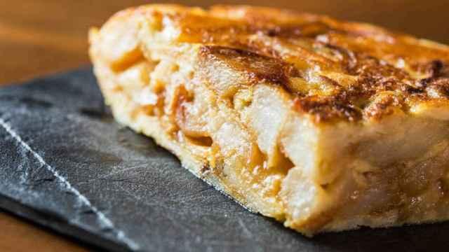 Una tortilla puesta sobre un plato de pizarra.