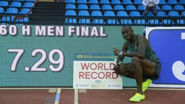 Grant Holloway posa con su marca del récord del mundo de 60m vallas