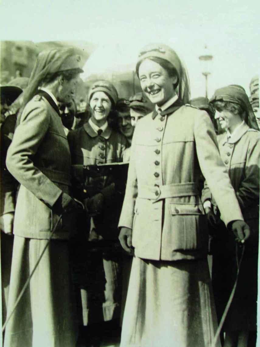 Flora Murray y Louisa Garrett Anderson después de recibir sus títulos honoríficos.