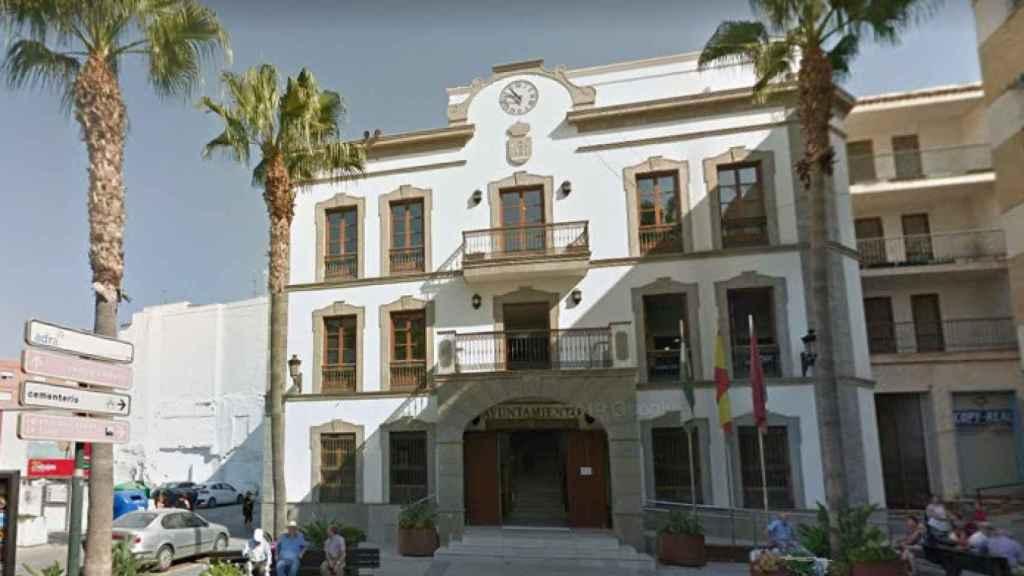 El Ayuntamiento de Adra ha expedientado a un policía local detenido por la Guardia Civil.