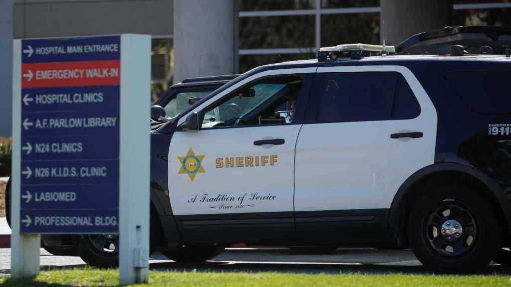 Un coche de la policía de Los Ángeles en el centro médico donde se encuentra Tiger Woods
