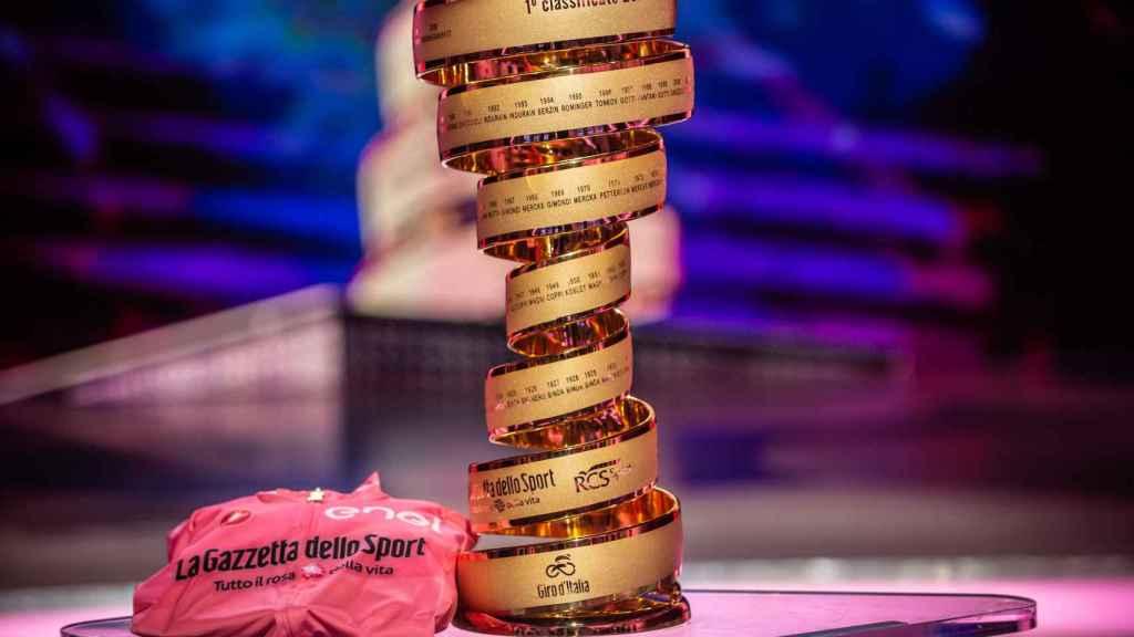 El trofeo del Giro de Italia y la 'maglia rosa'