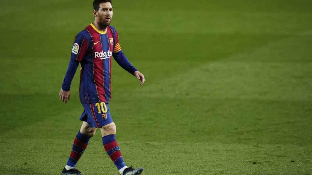 Leo Messi, andando por el campo en mitad del partido