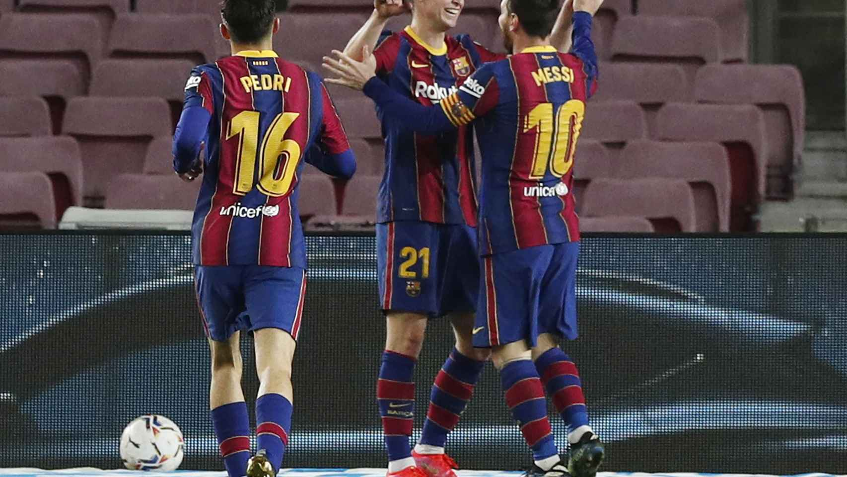 Leo Messi celebra con Frenkie de Jong el segundo ante el Elche