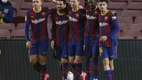 Los jugadores del Barcelona celebran el segundo de Messi
