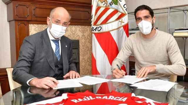 Raúl García, en la firma de su renovación con el Athletic