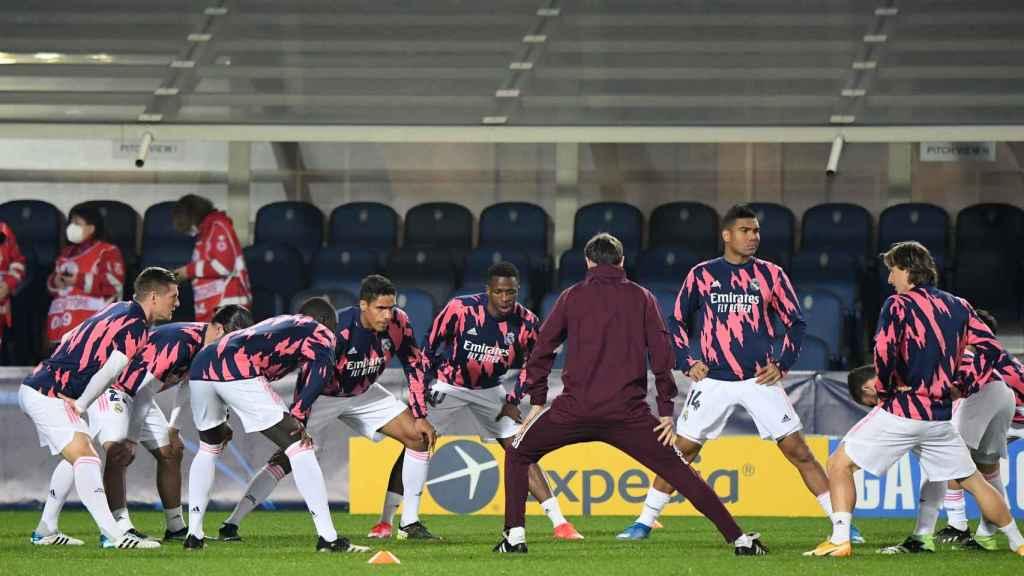 Calentamiento de los jugadores del Real Madrid en el Estadio de Bérgamo