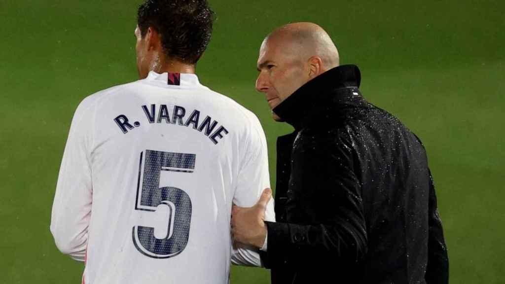Varane y Zidane, durante un partido del Real Madrid