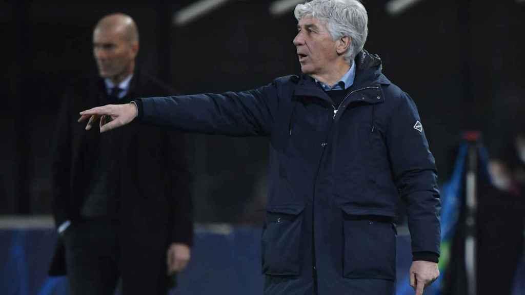 Gian Piero Gasperini corrige la posición de alguno de sus jugadores del Atalanta