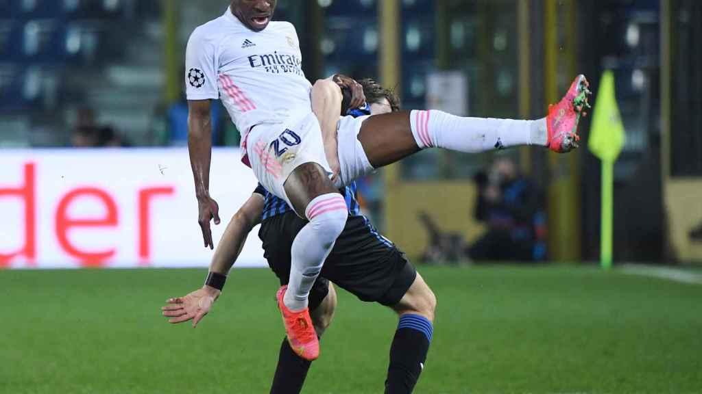 Vinicius cae al suelo tras un encontronazo con Marten de Roon