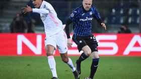 Josip Ilicic golpea a Raphael Varane en una disputa