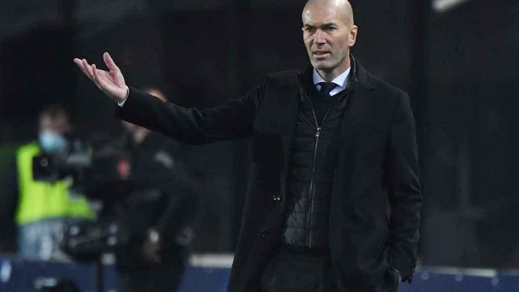 Zinedine Zidane da órdenes a los jugadores del Real Madrid