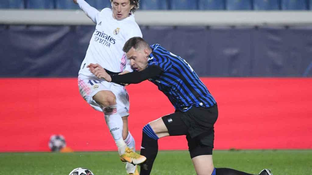Josip Ilicic intenta derribar a Luka Modric