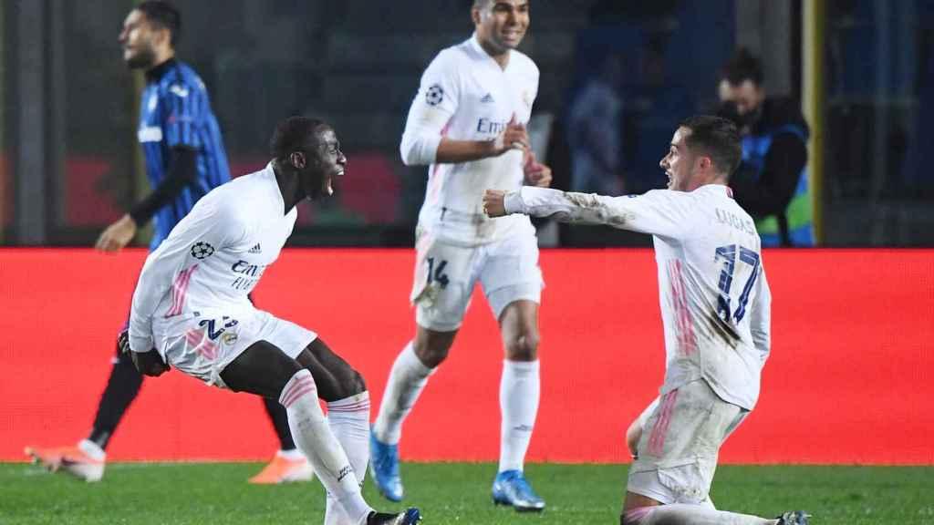 Lucas Vázquez celebra con Ferland Mendy su gol al Atalanta