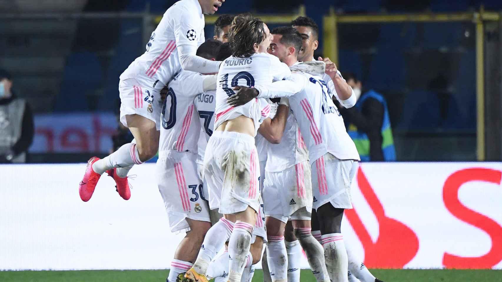 Los jugadores del Real Madrid rodean a Ferland Mendy tras su gol al Atalanta