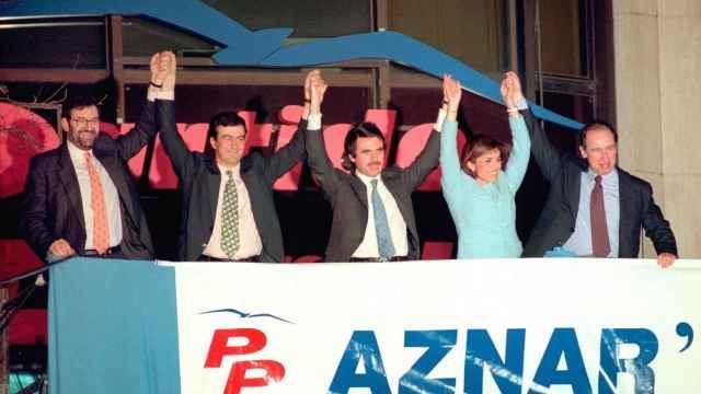 Rajoy, Cascos, Aznar, Botella y Rato, en el balcón de Génova la noche del 3 de marzo de 1996.