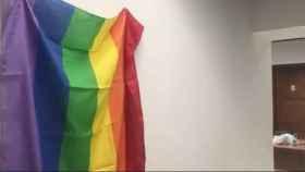 La bandera LGTB en el despacho de los diputados no adscritos en el Parlamento andaluz.