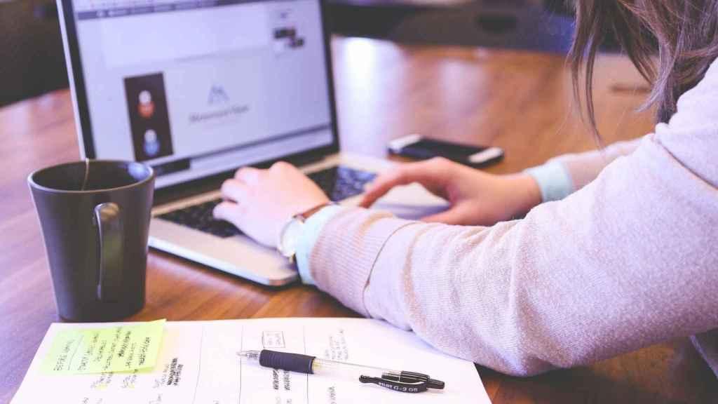 Una universitaria, estudiando desde casa. FOTO: Pixabay.