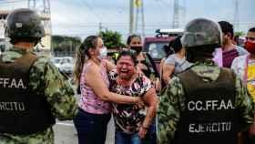 Una madre llora a las puertas de una prisión en Ecuador.