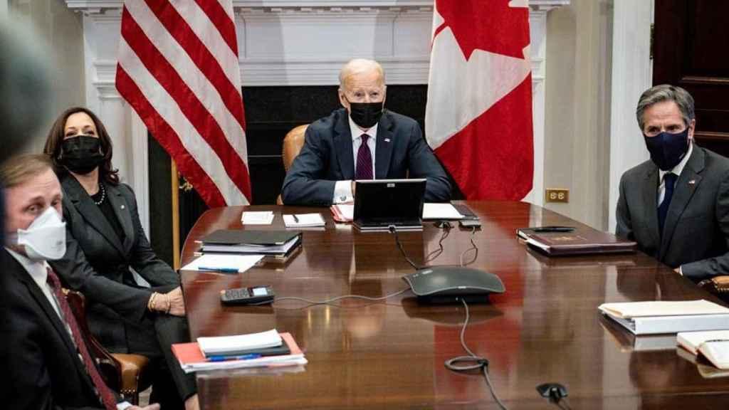 Kamala Harris, Joe Biden y Antony Blinken durante una videoconferencia con Justin Trudeau, primer ministro canadiense.