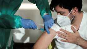 Un sanitario recibe la vacuna frente a la Covid-19.
