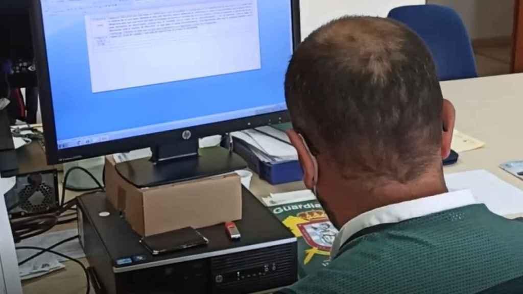 Un policía judicial analizando contenido en redes sociales.