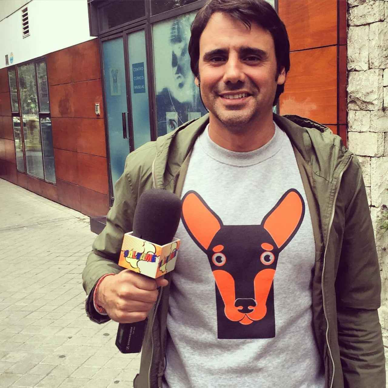 Aramendi como reportero de 'Sálvame', con el micrófono en la mano.