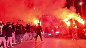 Los aficionados del Atalanta, en la entrada de su estadio para recibir a los jugadores antes del partido frente al Real Madrid de Champions League