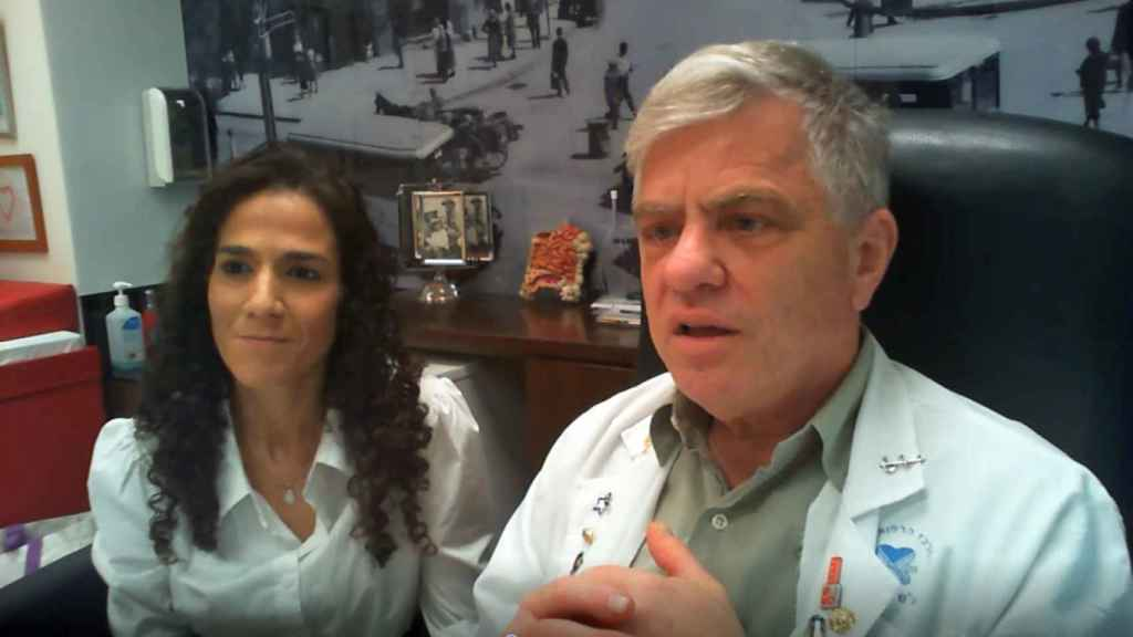 El profesor Nadir Arber, del Centro Médico Sourasky de Tel Aviv, y la jefa del laboratorio, la doctora Shiran Shapira