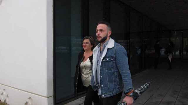 Ángeles Muñoz y su hijo Cristian Menacho al salir de juzgados, en una imagen de archivo.
