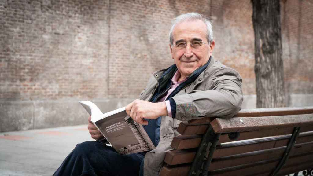 Virgilio Zapatero, con un ejemplar de su libro 'Inventando la democracia. Soberanía popular e imperio de la ley en Atenas'.
