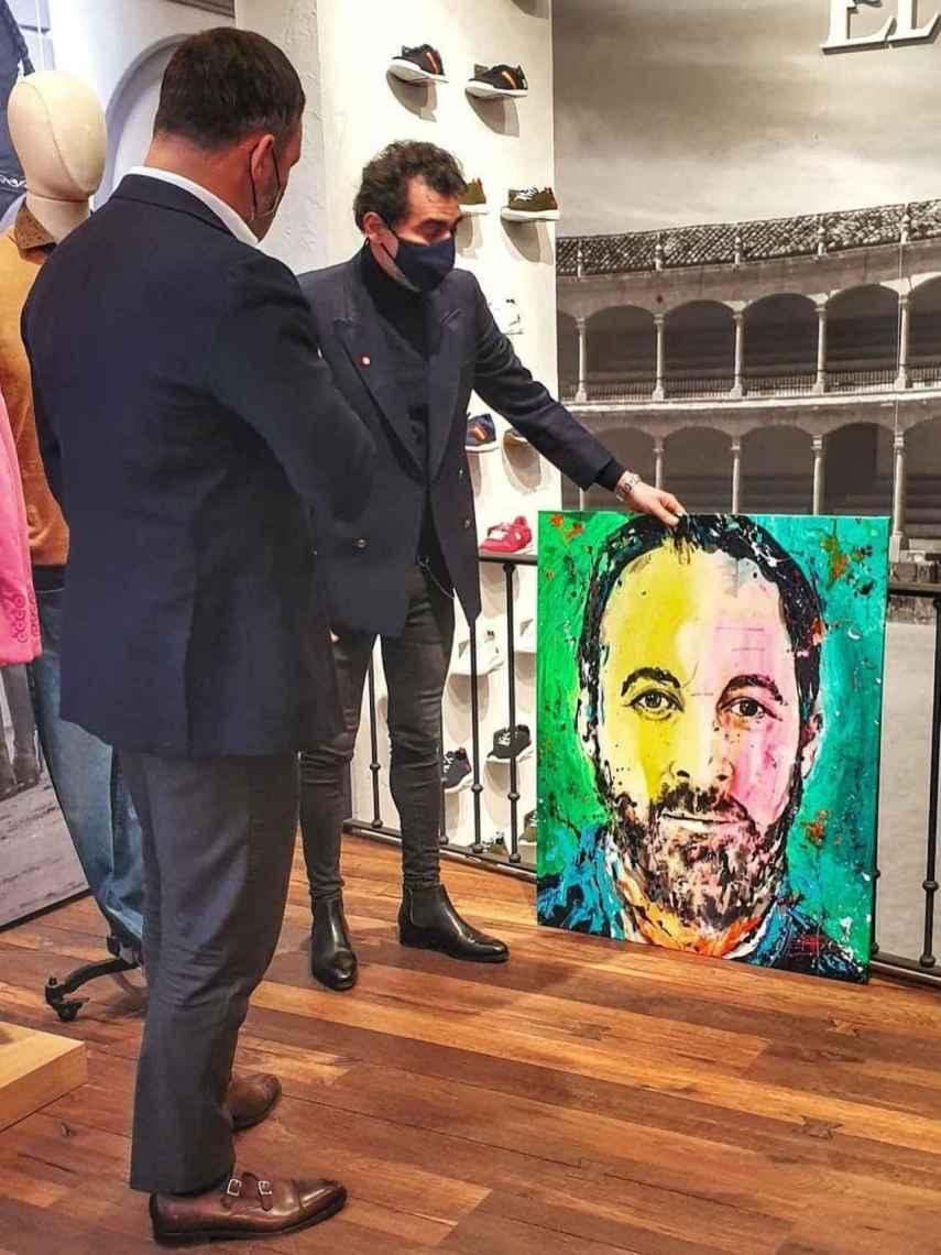 David Partida entregando su cuadro a Santiago Abascal personalmente.