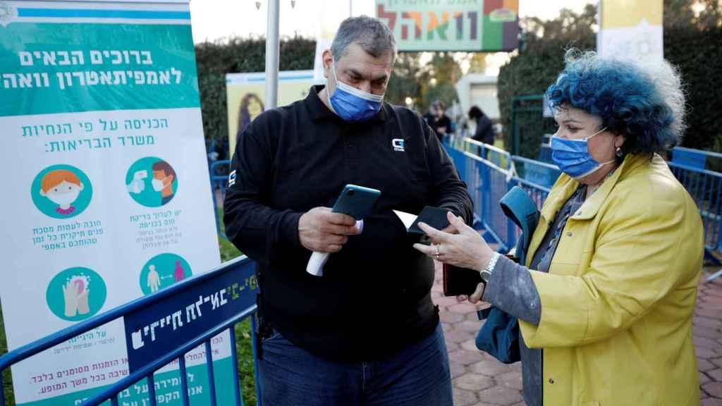 Una ciudadana israelí muestra su 'pase verde' para asistir a un concierto en Tel Aviv.