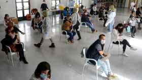 Profesores de Ronda (Málaga) reciben la primera dosis de la vacuna de AstraZeneca.