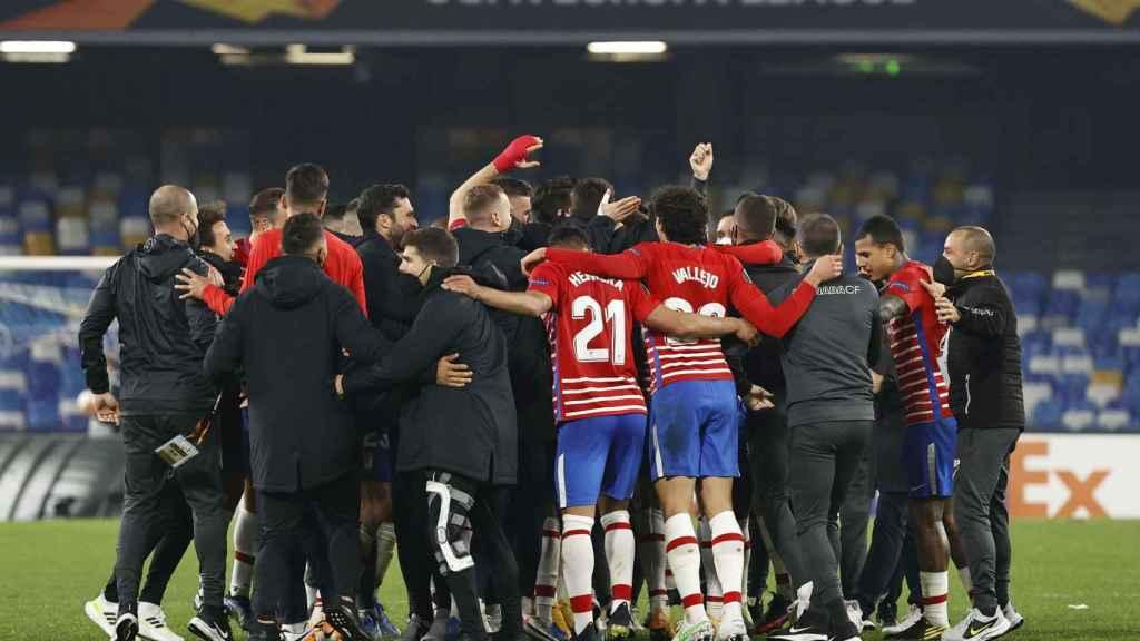 Piña del Granada para celebrar el pase a octavos de Europa League