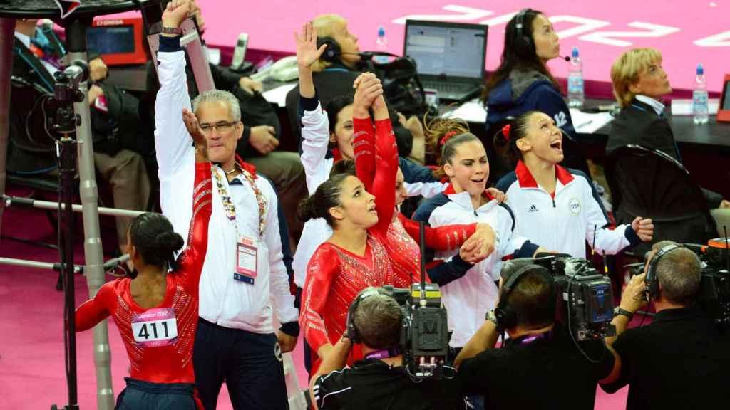 John Geddert celebrando con el equipo de gimnasia de Estados Unidos