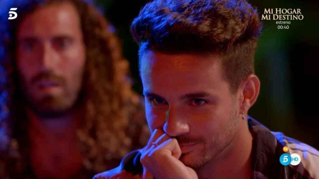 Manuel sonriendo viendo cómo Lucía se lo pasa bien con Carlos.