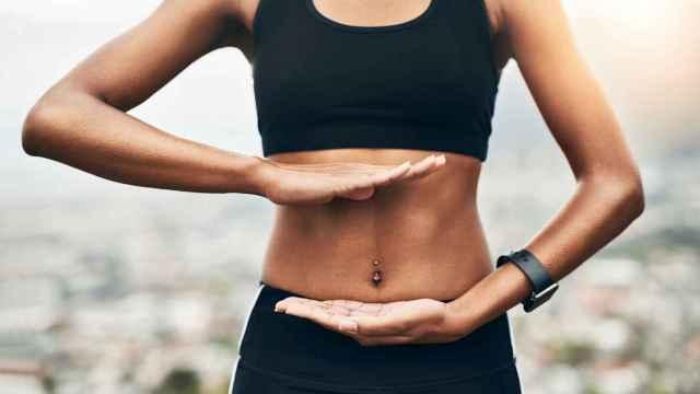 Una mujer muestra sus abdominales.
