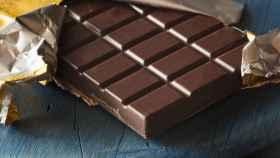 Una tableta de chocolate abierta por la mitad.