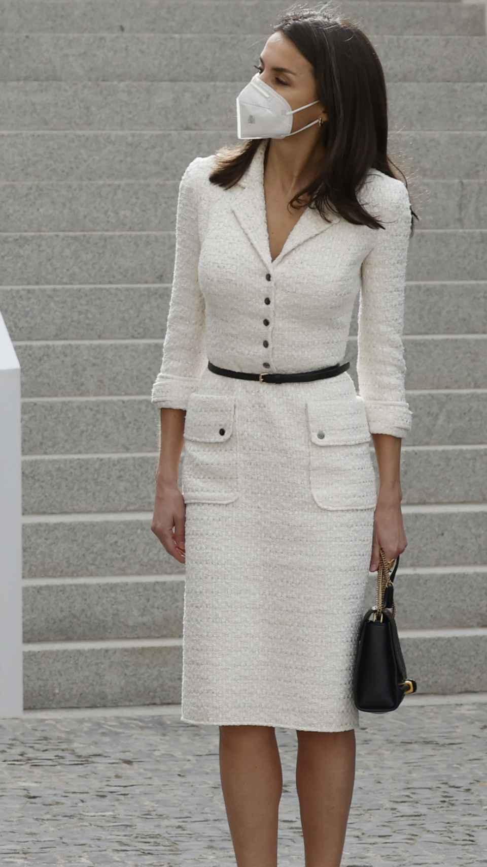 Letizia ha lucido un traje de tweed blanco, hecho a la medida por Felipe Varela.
