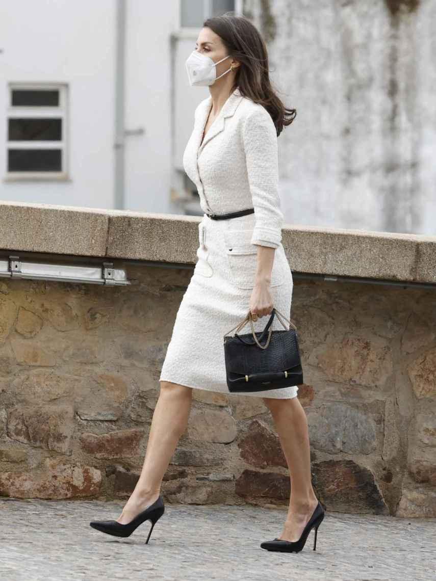 La Reina ha combinado su traje blancos con unos salones de Manolo Blahnik y bolso de Nina Ricci.