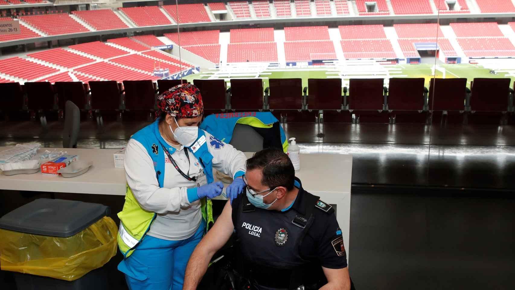 Los primeros colectivos vacunados contra la Covid-19 en el Wanda Metropolitano