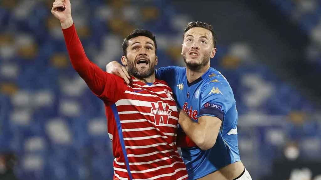 Jorge Molina pelea un balón ante el Nápoles