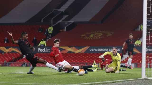 Manchester United y Real Sociedad pelean un balón en Old Trafford